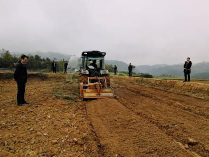 意大利碎石整地机组现场演示评估会——先进农业机械在宜机化土地整治中现神威